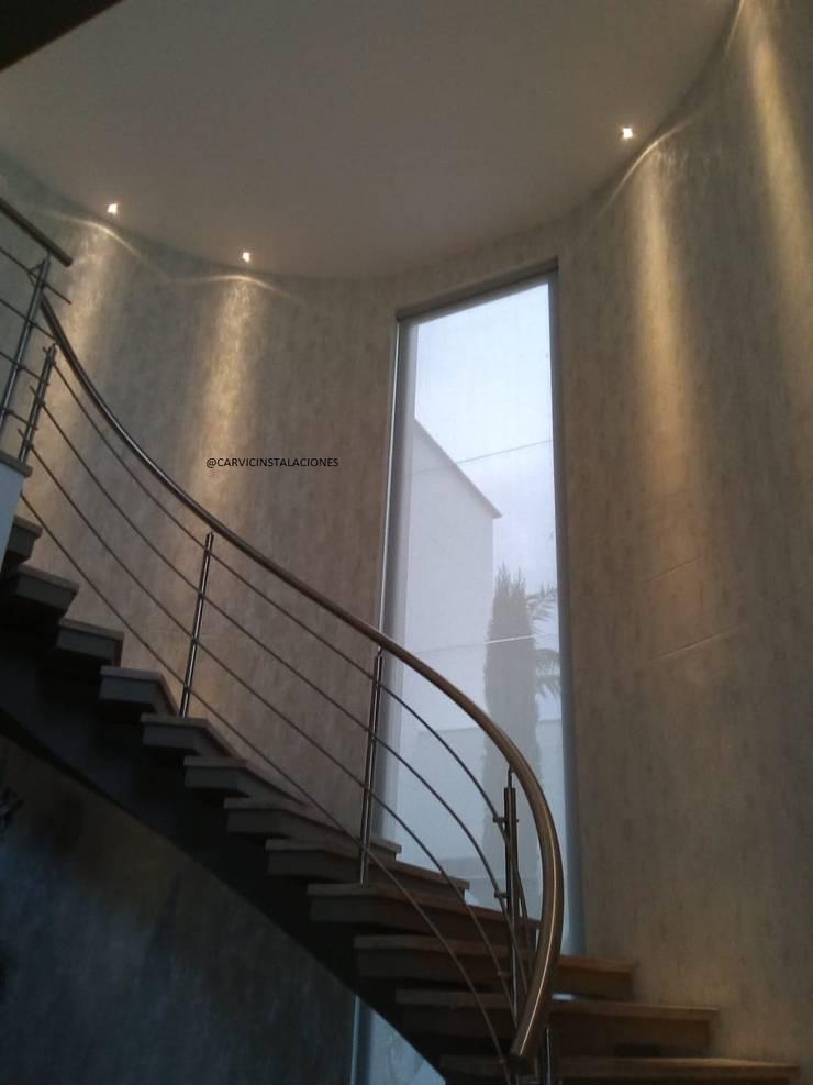 ILUMINACION EN ESCALERA: Escaleras de estilo  por CARVIC INSTALACIONES ELECTRICAS,