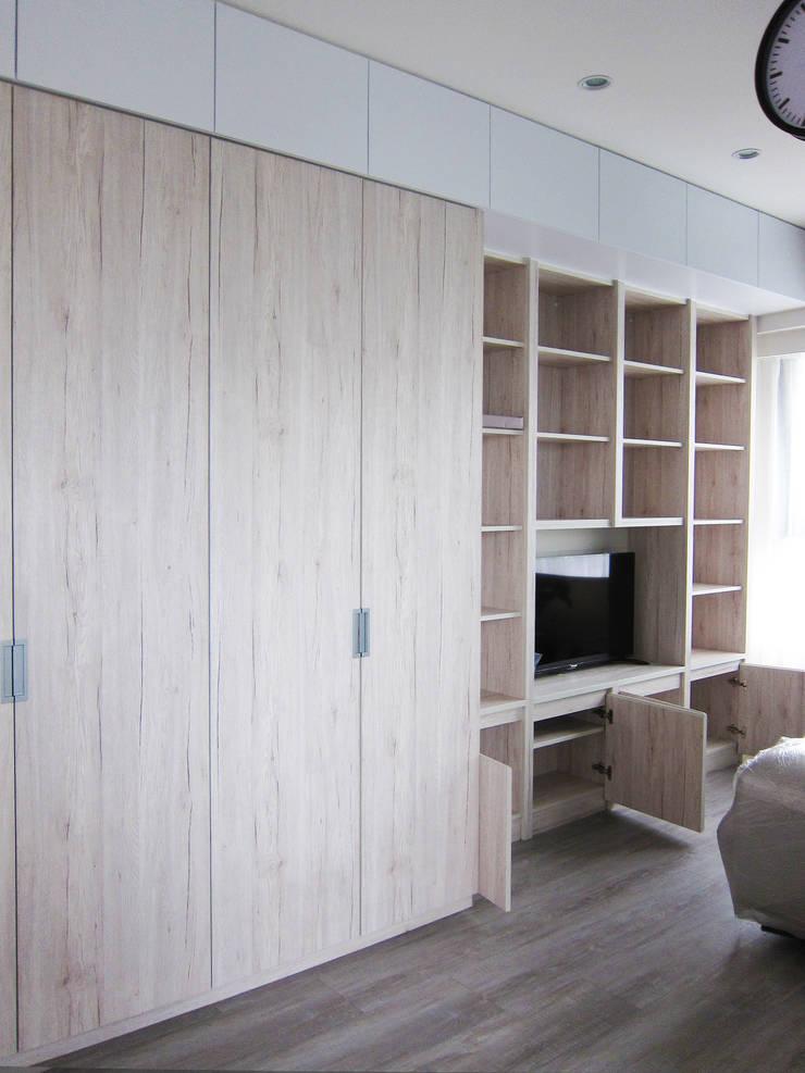 衣櫃+電視櫃:  客廳 by ISQ 質の木系統家具,