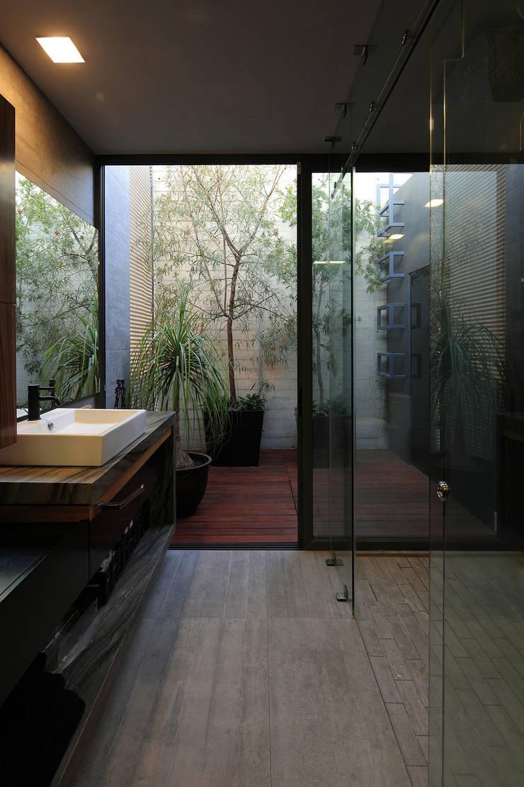 Bathroom by Echauri Morales Arquitectos, Modern