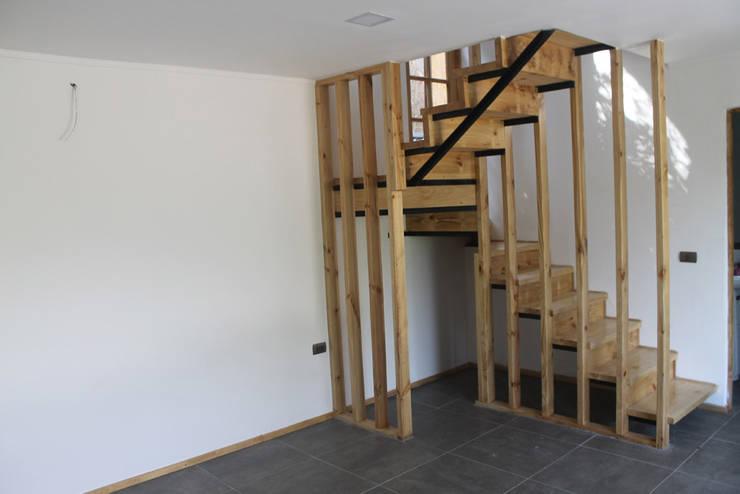 ESCALERA TABIQUE-MADERA: Escaleras de estilo  por Vetas Sur, Rural Madera Acabado en madera
