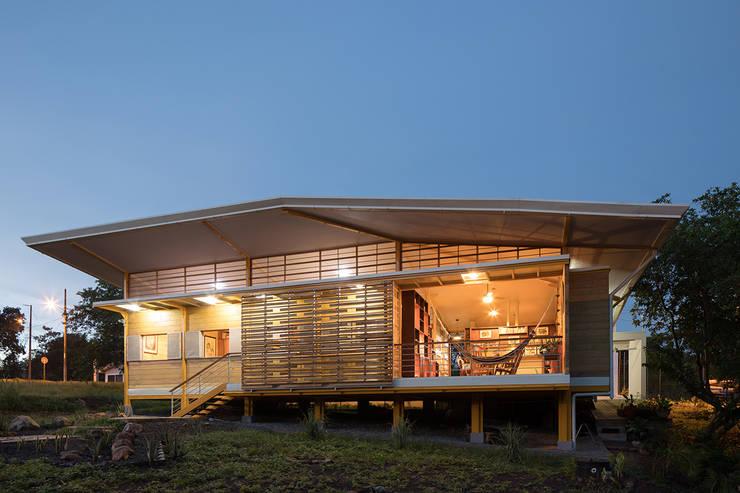 Деревянные дома в . Автор – YUSO, Тропический Дерево Эффект древесины