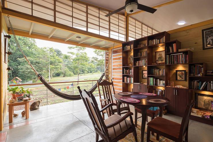 YUSO:  tarz Oturma Odası, Tropikal Ahşap Ahşap rengi
