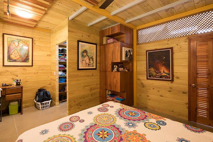 Маленькие спальни в . Автор – YUSO, Тропический Дерево Эффект древесины