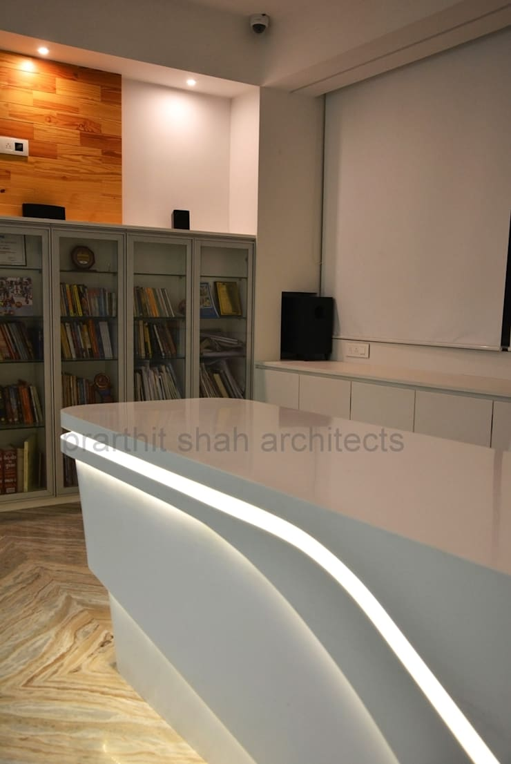 Office Table Design Minimalist study/office by prarthit shah architects Minimalist