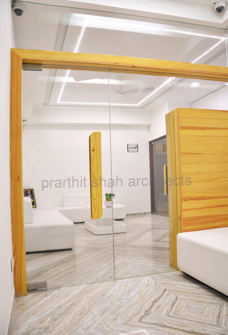 Partition Design:  Study/office by prarthit shah architects,Minimalist
