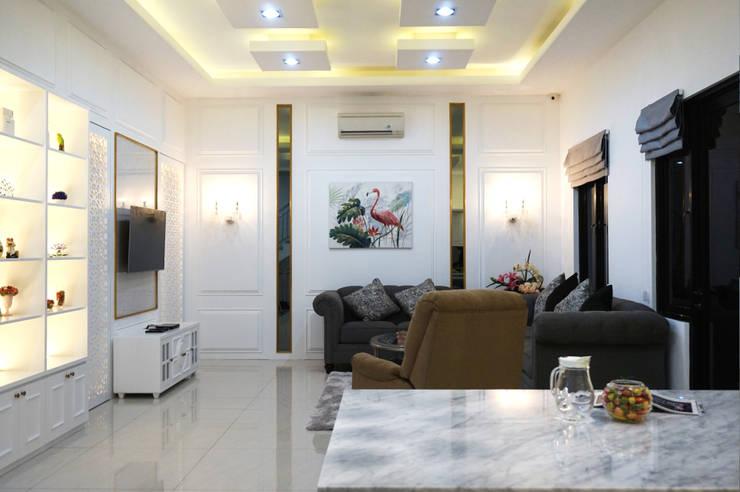 ruang keluarga gaya klasik: Ruang Keluarga oleh PT Membangun Harapan Sukses,