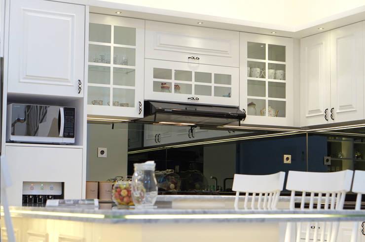 kabinet lemari dapur gaya klasik: Dapur oleh PT Membangun Harapan Sukses,