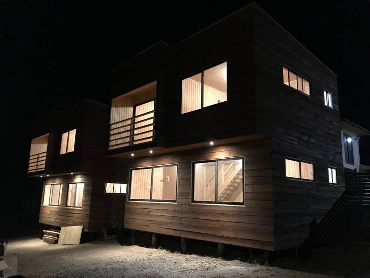 Cabañas Magallanes:  de estilo  por Loberia Arquitectura, Mediterráneo