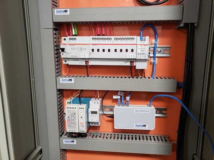 Domótica para control de luces y aire acondicionado:  de estilo  por Control and Automation Solutions SpA -ControlAS,