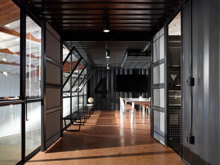 Kingdom Design Studio:  Offices & stores by KINGDOM,