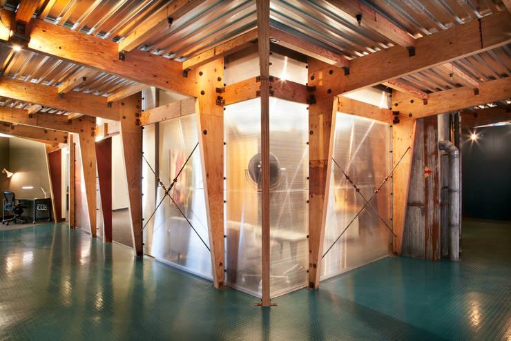 Carpinteria Modern Industrial Workspace:  Office buildings by KINGDOM,