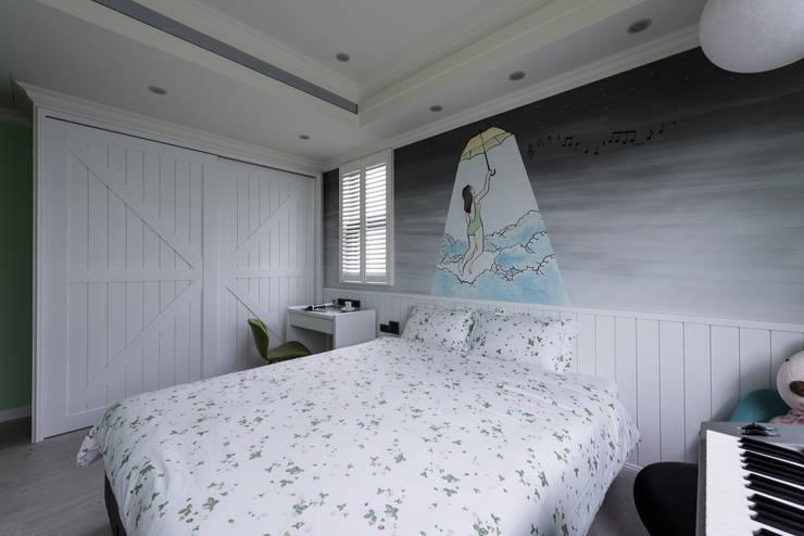 藍色大宅-少女心:  臥室 by 澄易設計,