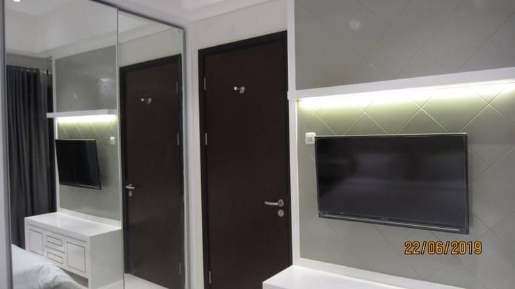 Apartemen Puri Mansion type Lock Off (2+1): Kamar tidur kecil oleh HeXa,