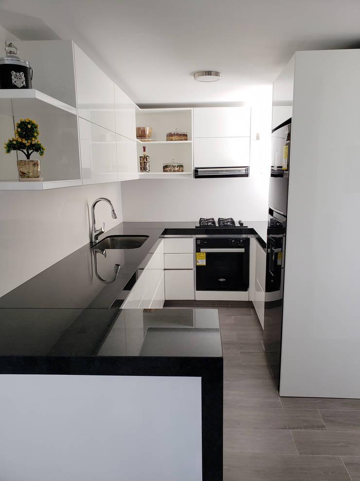 Cocina Vista 1: Cocinas integrales de estilo  por TAUPE CARPINTERIA,