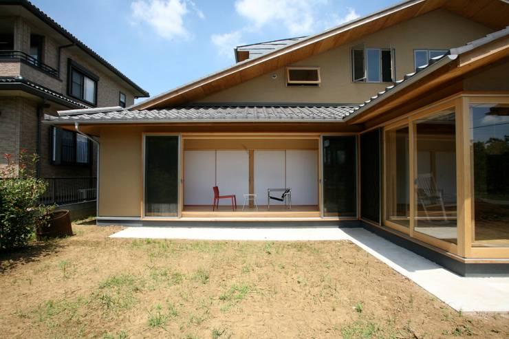 Chalés e casas de madeira  por 株式会社高野設計工房 , Asiático
