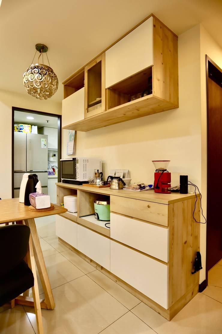 餐廳的收納櫃可放置隨手常用的家電器具:  餐廳 by 藏私系統傢俱,