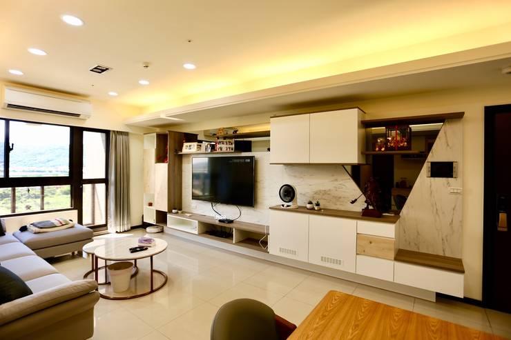公領域是為敞闊舒適的格局:  客廳 by 藏私系統傢俱,
