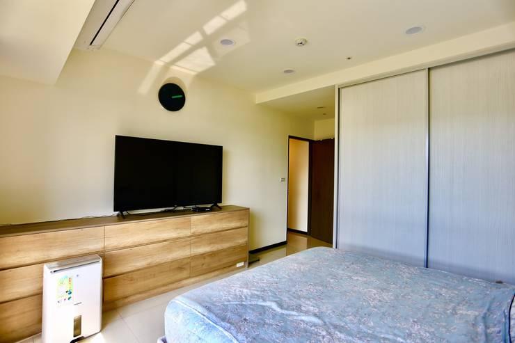臥室設計上簡約溫馨:  小臥室 by 藏私系統傢俱,