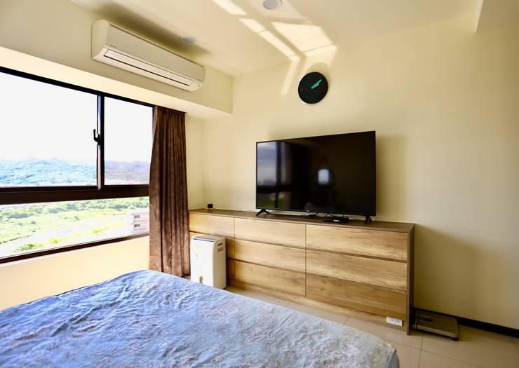 整個空間大面積的留白加上木質點綴:  牆面 by 藏私系統傢俱,