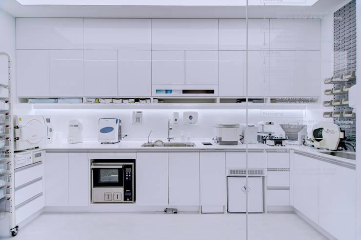 長木牙醫工作區-消毒室:  診所 by 奕所設計有限公司,