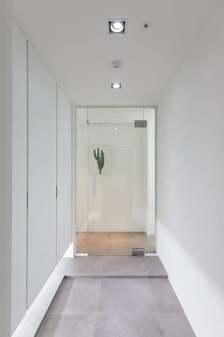 ㅤㅤ: 므나 디자인 스튜디오의  복도 & 현관,모던
