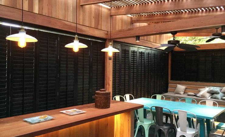 Tерраса в . Автор – CONSTRUCTORA DHTC LIMITADA, Лофт Твердая древесина Многоцветный
