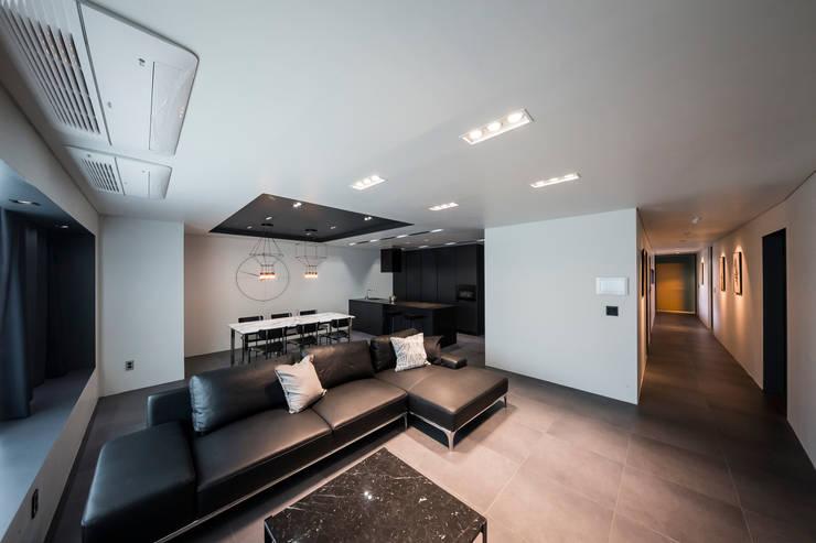 Salas de estilo moderno de 므나 디자인 스튜디오 Moderno
