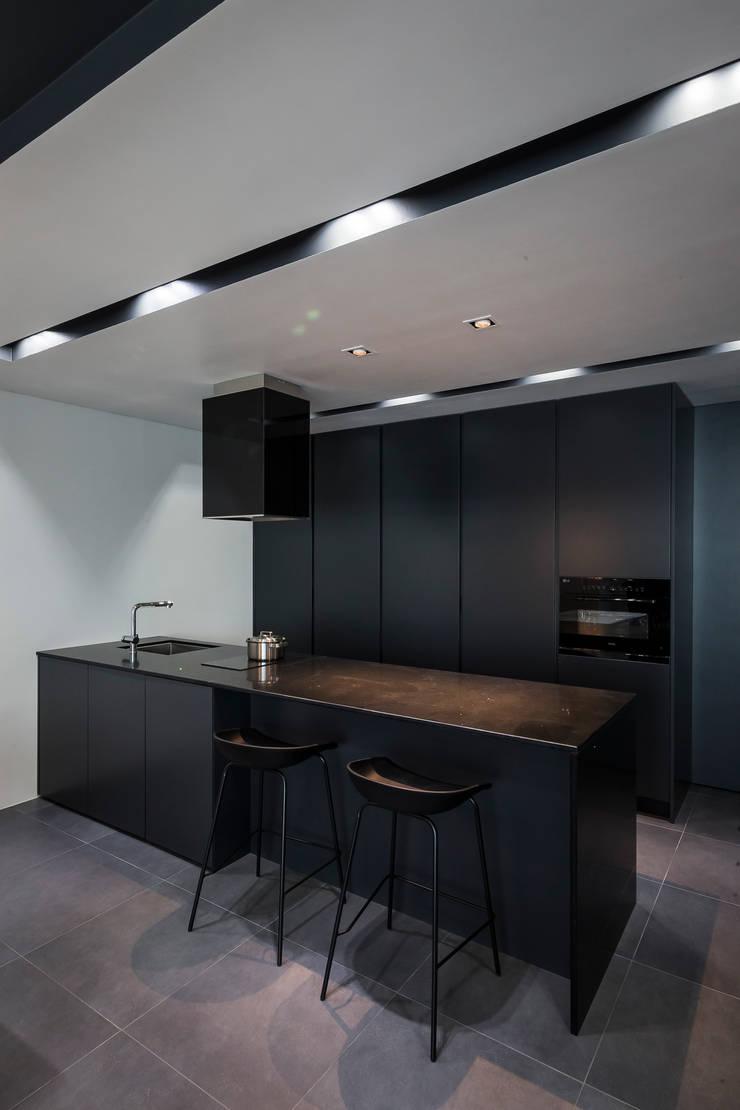 Cocinas de estilo moderno de 므나 디자인 스튜디오 Moderno