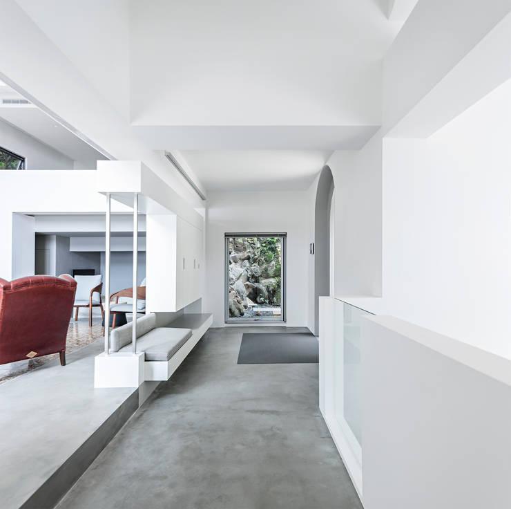 北投住宅:   by  何侯設計   Ho + Hou Studio Architects ,