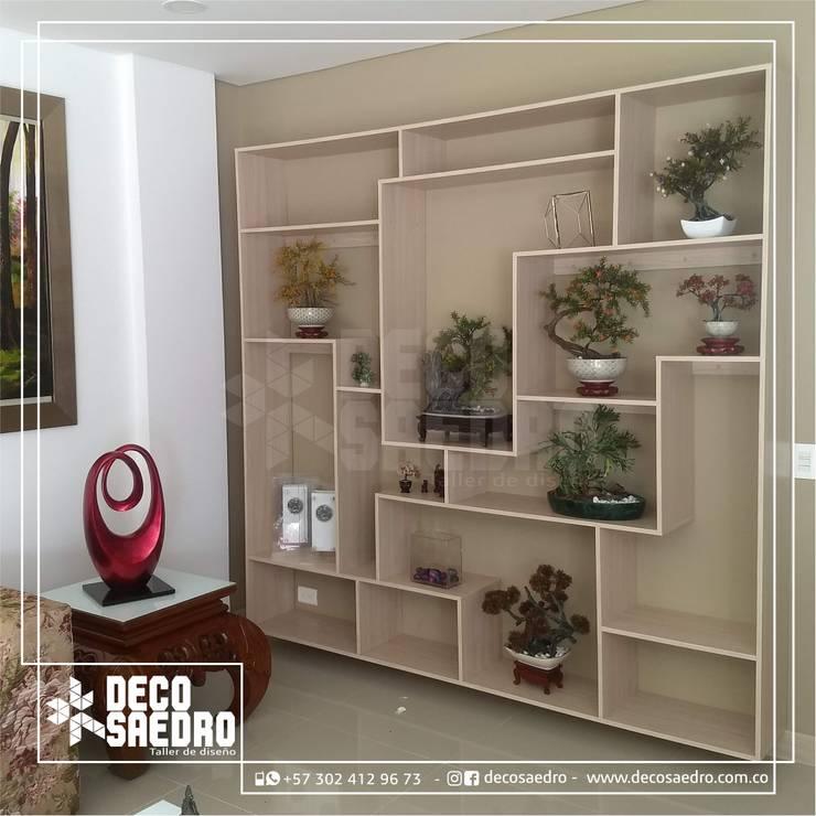 Mueble exhibidor : Salones de estilo  por Decosaedro,