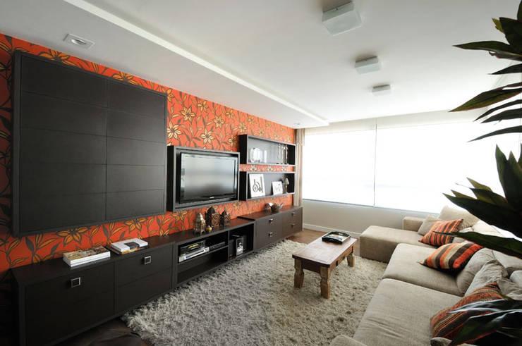 sala da TV: Salas de estar  por C2 Arquitetos,
