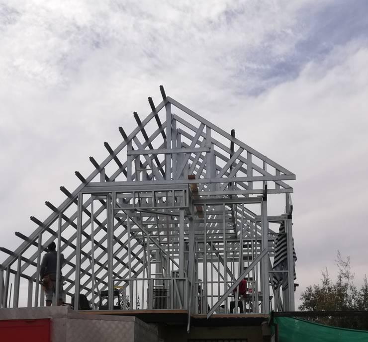 Estructura de casa en metalcom.-: Casas pequeñas de estilo  por ARQUIMOB E.I.R.L,