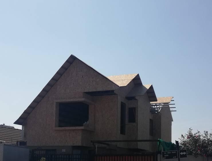 Casa forrada en osb 15mm y 11.1mm en techo.-: Casas pequeñas de estilo  por ARQUIMOB E.I.R.L,