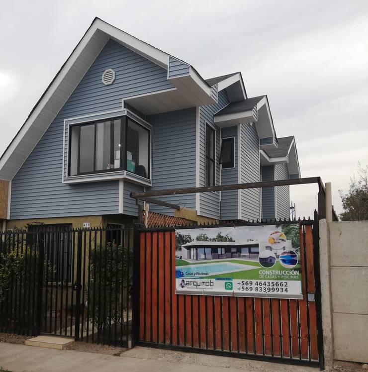 Casa revestida en saiding y teja asfaltica en techo.-: Casas pequeñas de estilo  por ARQUIMOB E.I.R.L,