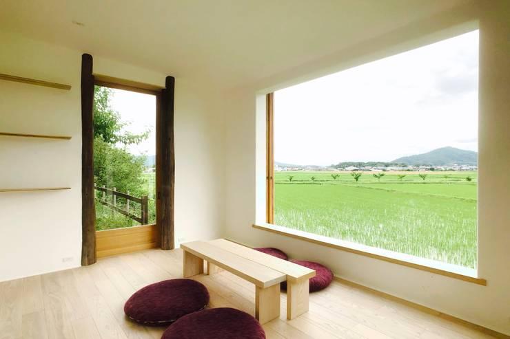 Salas multimedias de estilo  por Mimasis Design/ミメイシス デザイン, Minimalista