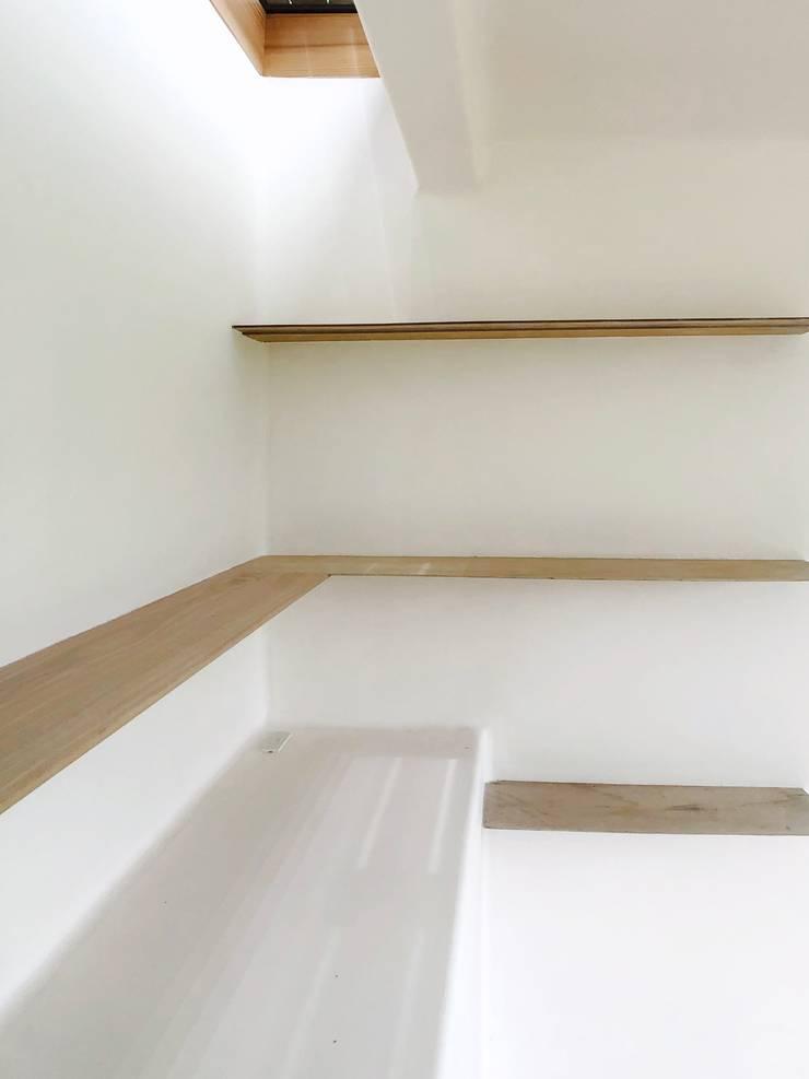Velux et fenêtres de toit de style  par Mimasis Design/ミメイシス デザイン, Minimaliste