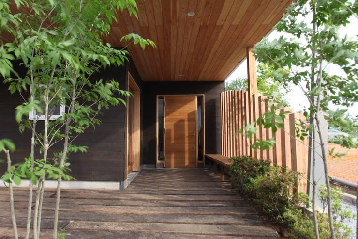 Casas modernas por 株式会社高野設計工房 Moderno