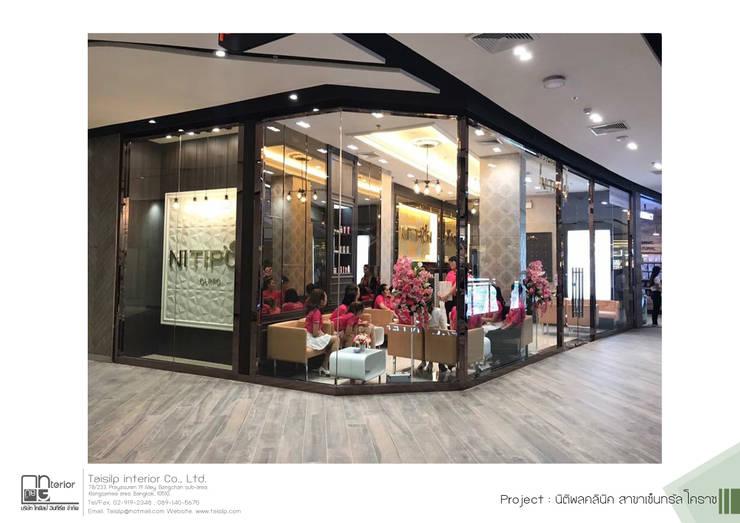 โครงการออกแบบ NITIPON CLINIC สาขา Central Korat: ผสมผสาน  โดย ไทศิลป์ อินทีเรีย taisilp interior, ผสมผสาน