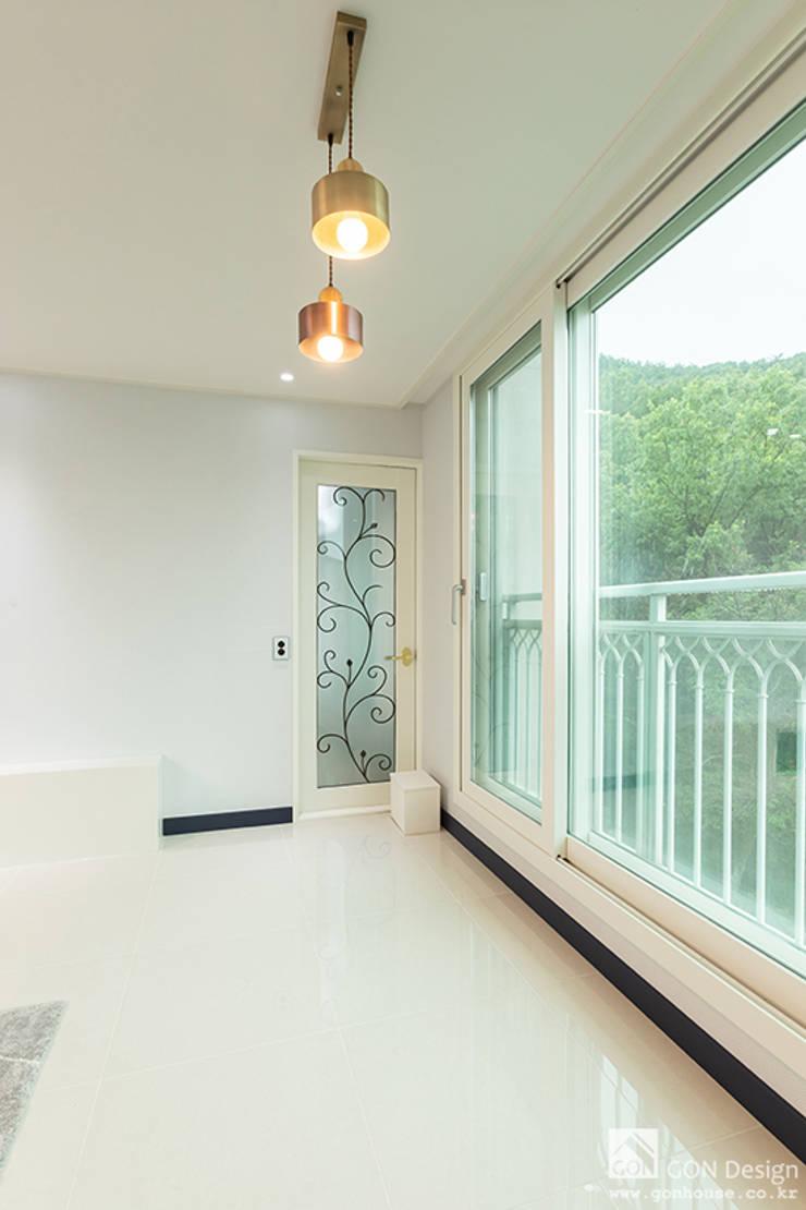 거실/베란다확장: 곤디자인 (GON Design)의  거실,모던