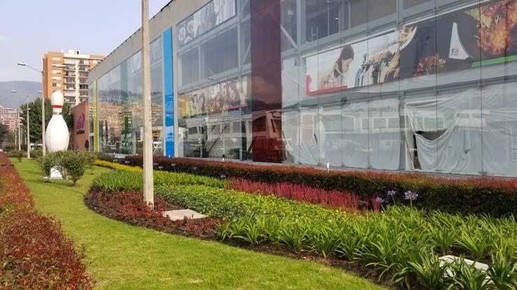 Centro Comercial Cedritos 151: Centros comerciales de estilo  por Folia - Arquitectura y Diseño del Paisaje, Moderno