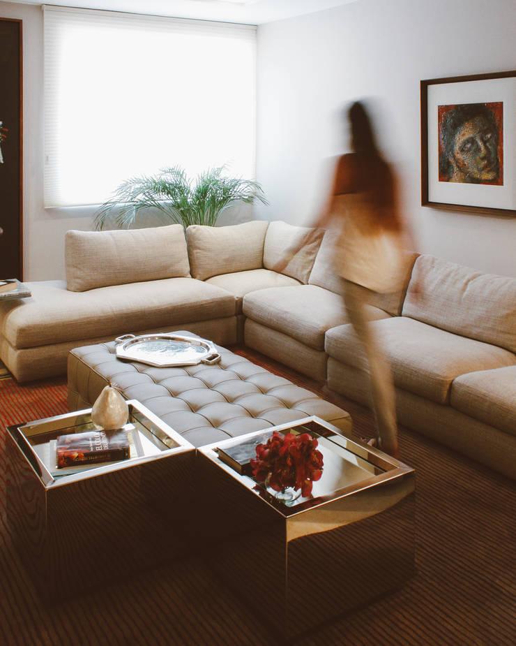 APARTAMENTO ANGELINI: Salas multimedia de estilo  por CLAUDIA CAROLINA GONZALEZ C, Clásico