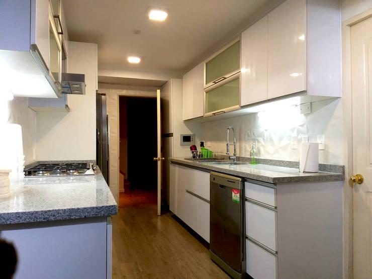 COCINA AGUILERA: Muebles de cocinas de estilo  por AOG, Minimalista Goma