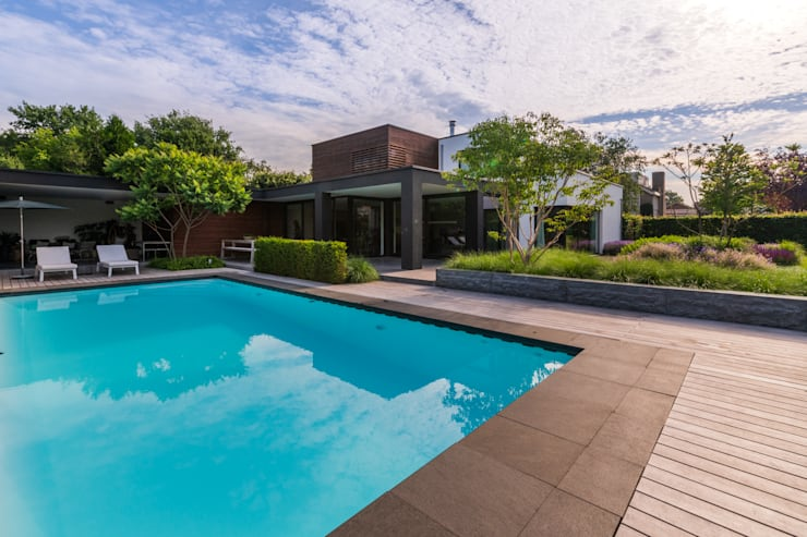 Houten vlonderterras rondom zwembad:  Zwembad door Buro Buitenom exterieurontwerpers, Modern