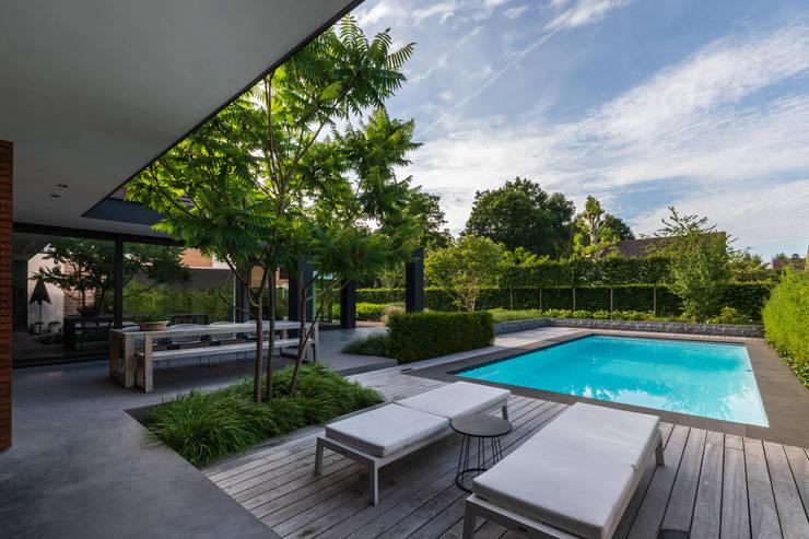 Buitenkeuken bij zwembad:  Terras door Buro Buitenom exterieurontwerpers, Modern