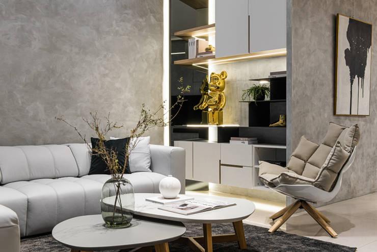 沙發旁的空間設置儲物櫃可以擺放飾品與收藏雜物: 現代  by Fertility Design 豐聚空間設計, 現代風
