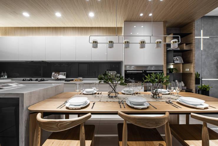 餐廳與廚房空間能夠容納一家六口:  餐廳 by Fertility Design 豐聚空間設計, 現代風