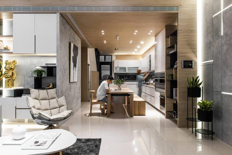 木質天花板讓原本就有凝聚一家人功能的廚房更有溫馨的感覺:  系統廚具 by Fertility Design 豐聚空間設計, 現代風