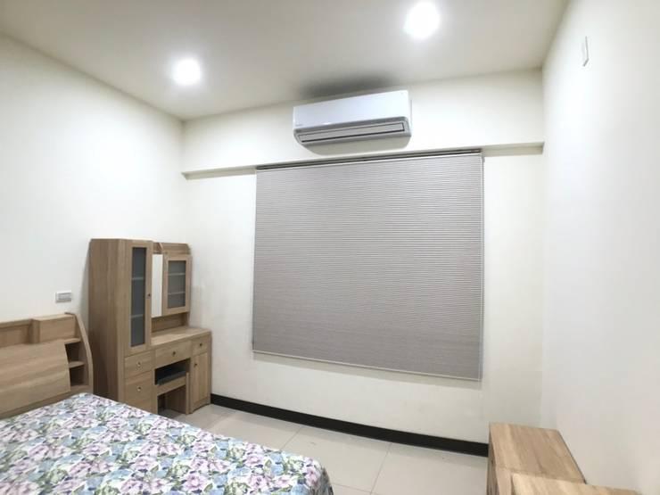 床組與櫃子為全木皮質感:  小臥室 by 台中室內設計裝修|心之所向設計美學工作室, 簡約風