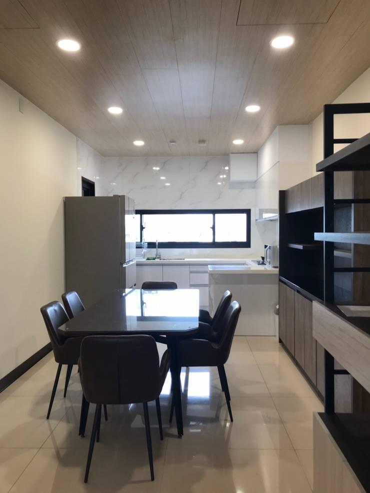 廚房對外窗讓空氣流通:  廚房 by 台中室內設計裝修|心之所向設計美學工作室, 簡約風