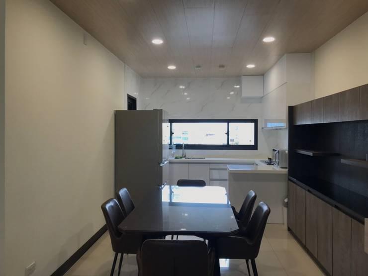 廚房對外窗也照明了空間:  餐廳 by 台中室內設計裝修|心之所向設計美學工作室, 簡約風